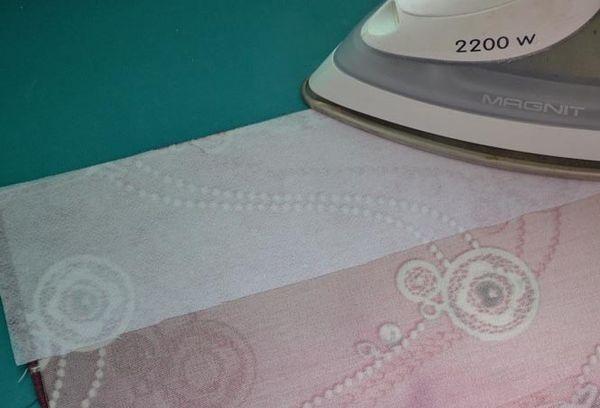Приклеивание клеевой ткани утюгом