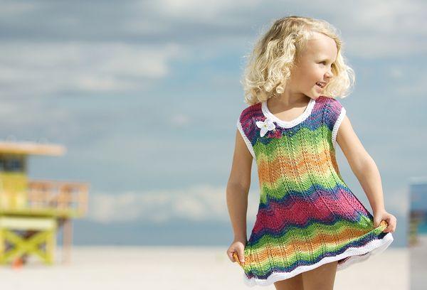Девочка в вязанном платье