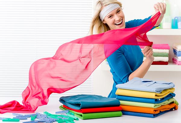 Девушка складывает одежду