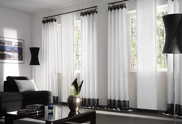 Комната с прозрачными занавесками