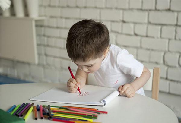 Ребенок рисует фломастерами