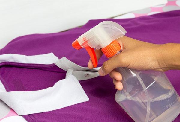 Разглаживание поло с помощью пульверизатора с водой