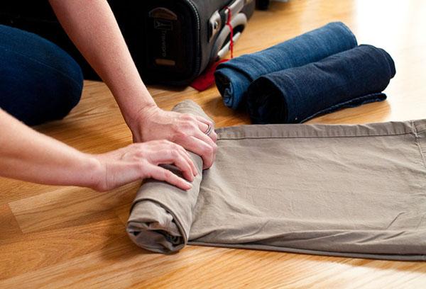 Сворачивание одежды для перевозки в чемодане