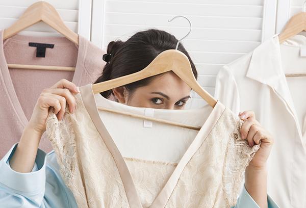 Девушка разбирает гардероб