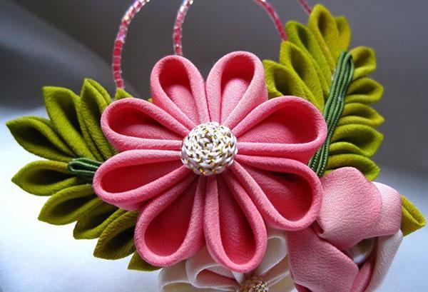 Цветок в технике канзаши из синтетики
