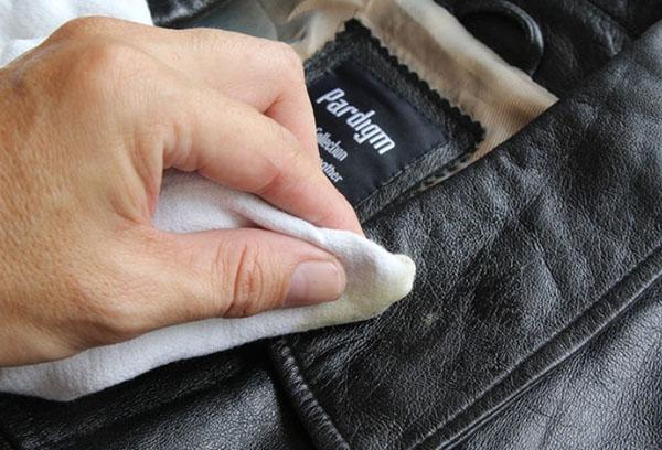 Очистка ворота куртки из экокожи