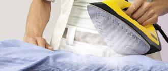 Мужчина гладит рубашку