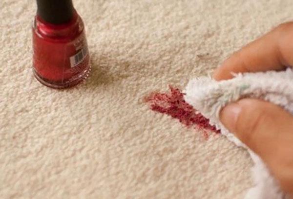 Зачистка пятна от лака для ногтей на ковре