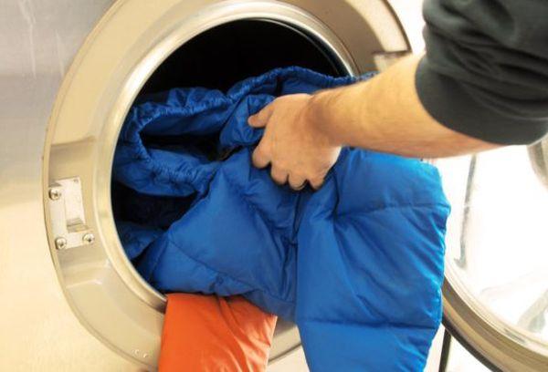 Загрузка одежды в машинку