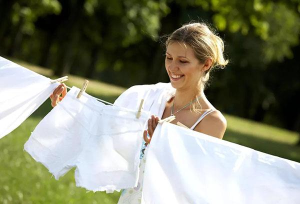 Девушка развешивает отбеленное белье