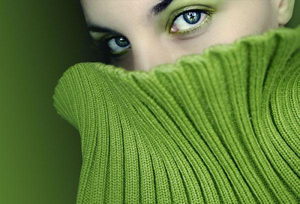 Зеленый трикотажный свитер
