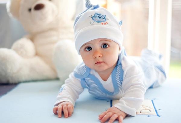 Малыш в трикотажной одежде