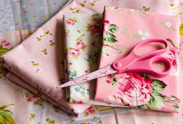 Ткань для постельного белья и ножницы
