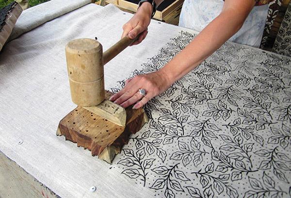 Нанесение набивного рисунка на ткань вручную