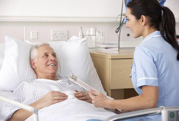 Больной пациент и медсестра