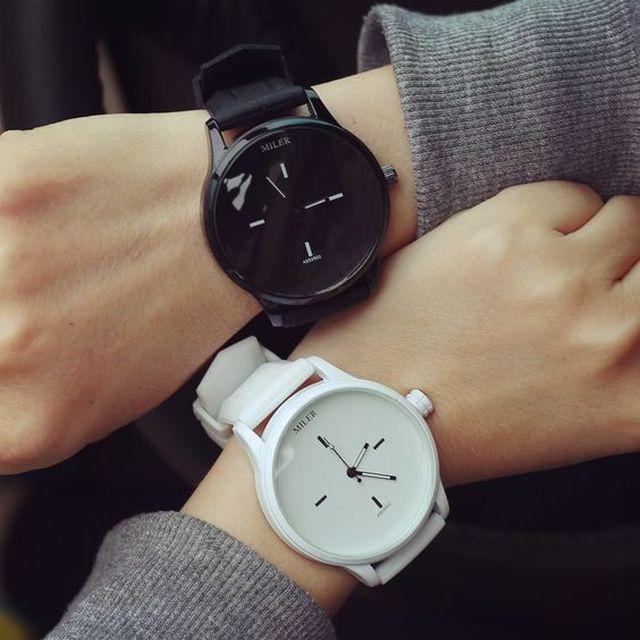Черные и белые часы наручные