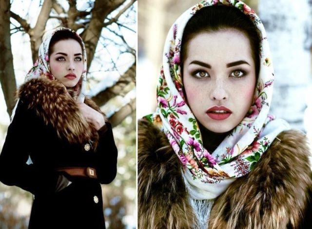 Платок в цветочках на голове зимой