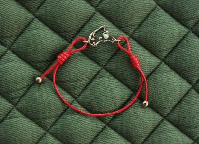 Красный браслет из ниток