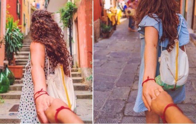 Красный браслет из ниток на руке у девушки