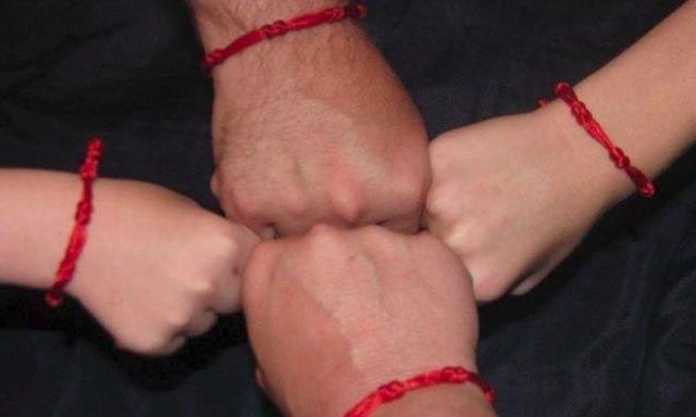 Красные браслеты из нити
