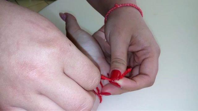 Завязывание нитки на руку