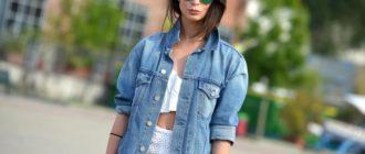 девушка в модной куртке из джинсы