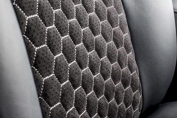 Сидение в авто, обтянутое алькантарой
