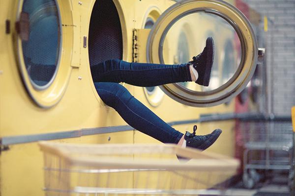 Ноги в джинсах торчат из стиральной машины