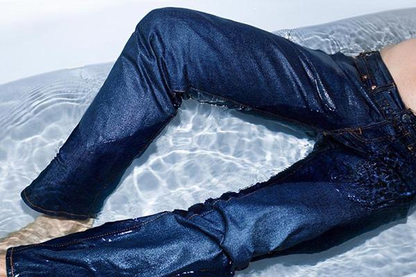 Мужчина в джинсах в ванне с водой