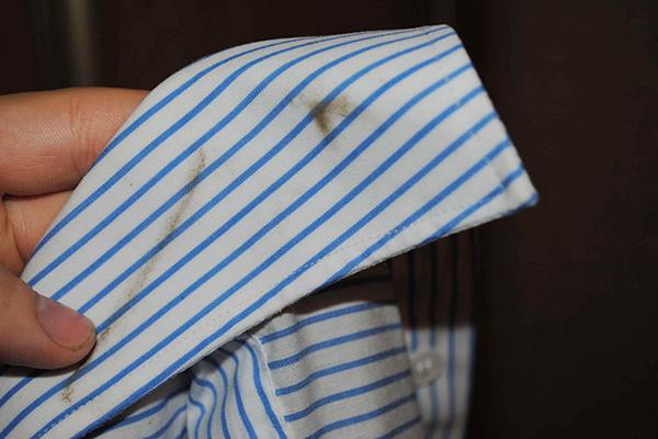 Пятно на воротничке рубачки
