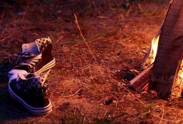 Сушка обуви возле огня