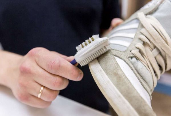 Чистка кроссовок щеткой