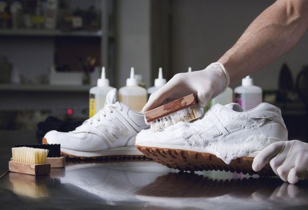 Как постирать кроссовки вручную, чтобы избавиться от запаха, как правильно стирать руками без разводов в домашних условиях?