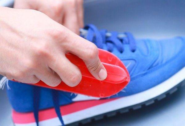 Чистка синих кроссовок щеткой