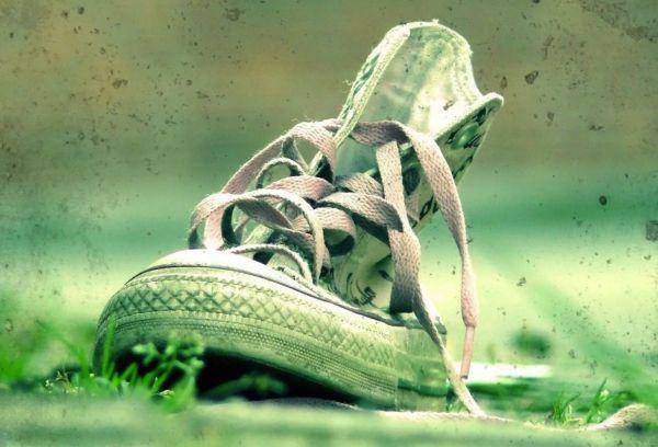 испачканные травой кеды
