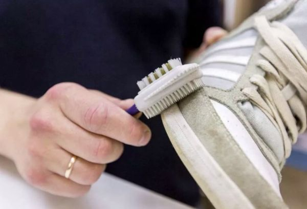 Чистка обуви щеткой