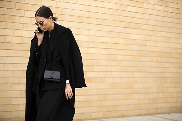 Женщина в черном пальто оверсайз