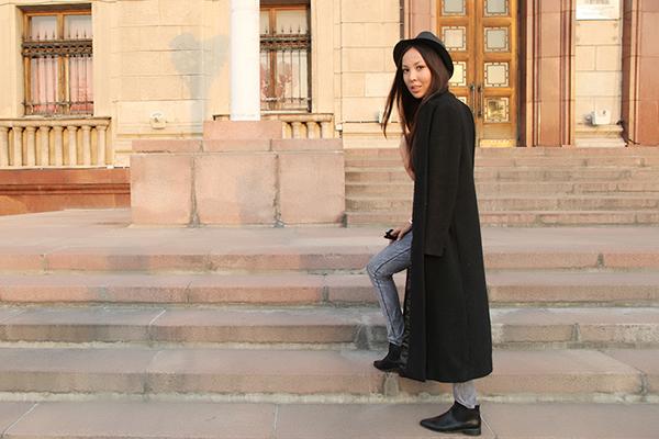 Девушка в челси и длинном черном пальто