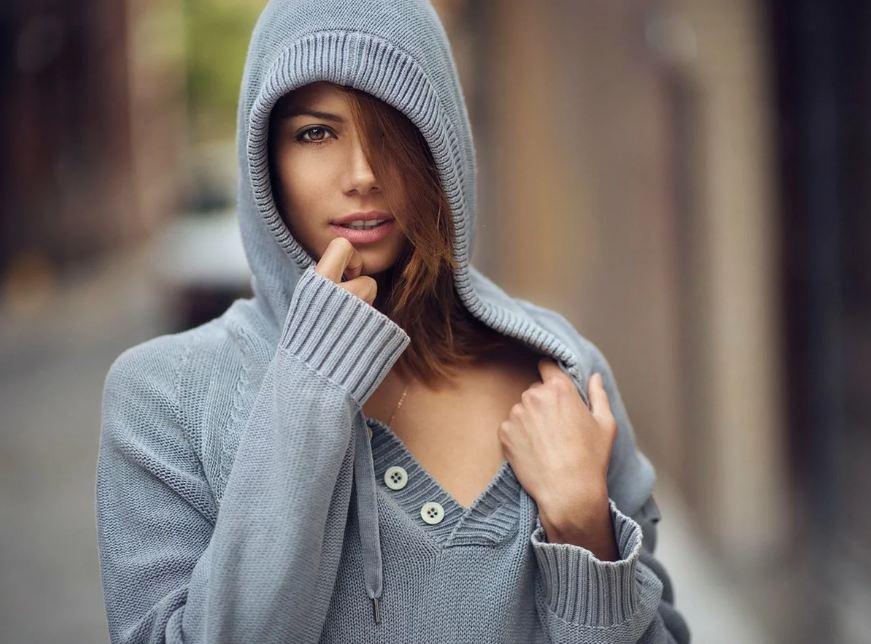 Девушка в вязаной кофте с капюшоном