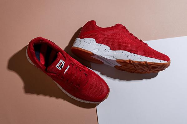 Женские красные кроссовки с белой подошвой