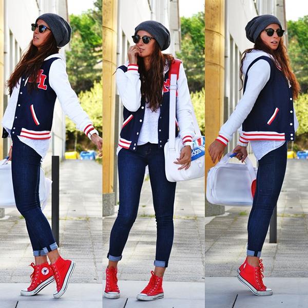 Девушка в джинсах скинни и красных кроссовках