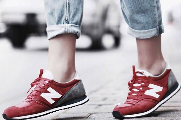 Красно-черные кроссовки Nike с подвернутыми джинсами