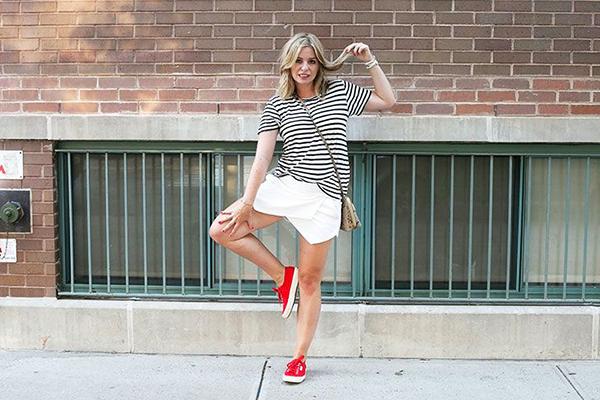 Летний casual образ с красными кроссовками и тельняшкой