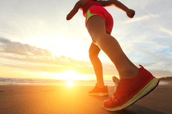 Девушка занимается бегом в красных кроссовках