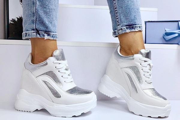 Массивные женские кроссовки с укороченными джинсами