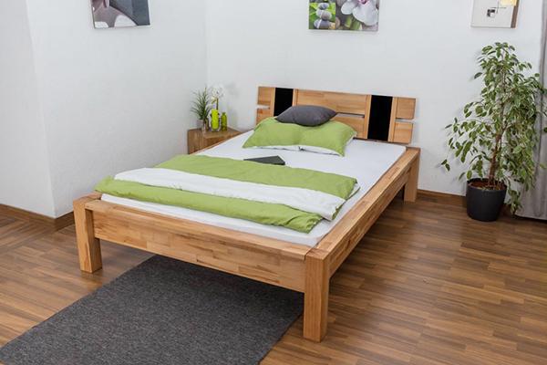 Полуторная кровать с постельным бельем