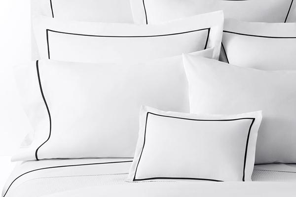 Белое постельное белье с черным кантом