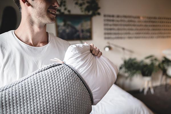 Мужчина достает подушку из чехла