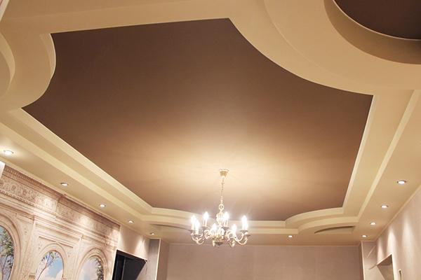 Коричневый натяжной потолок из ткани