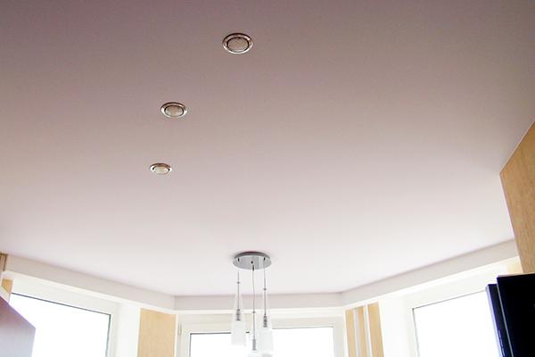 Тканевый натяжной потолок в комнате с эркером